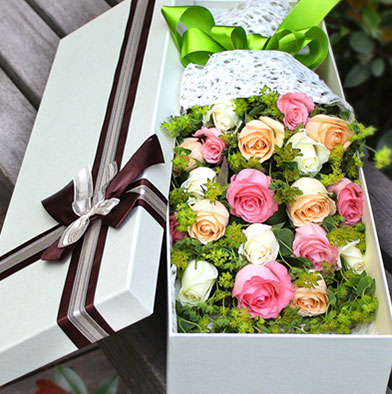send 18 mixed roses to